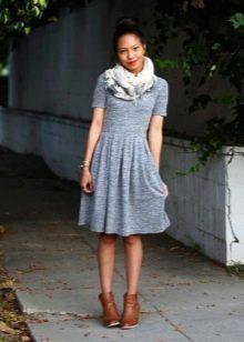 Серо-голубое повседневное платье из плотного трикотажа