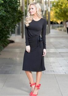 Черное повседневное платье средней длины