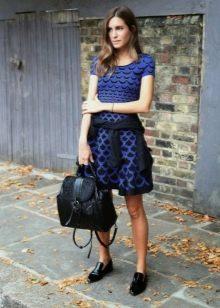 Синее повседневное платье с черным орнамернтом