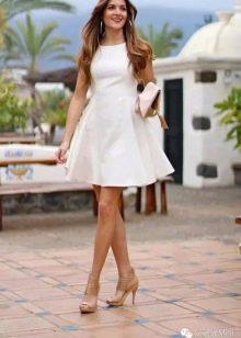 Белое повседневное платье А-силуэта