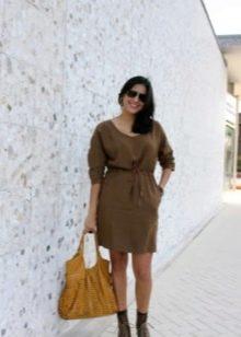 Повседневное коричневое платье свободного кроя на поясе