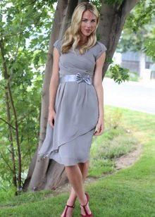 Серое повседневное платье с атласным поясом