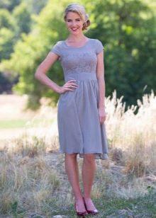 Серое повседневное платье с кружевными вставками