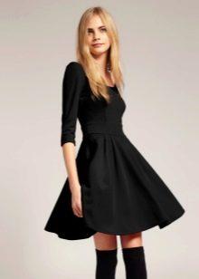 Черное платье-клеш от талии