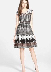 Черно-белое расклешенное платье