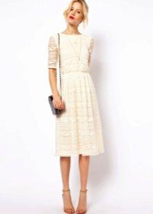 Расклешенные бежевые платья длины миди