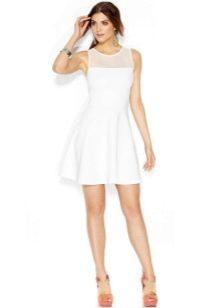 Короткое белое расклешенное платье