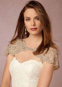 Белое свадебное платье футляр в сочетание с бежевой кружевной накидкой на плечи