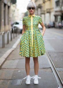 Желто-зеленое молодежное платье с принтом бантик