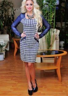 Бело-синее платье-футляр с принтом гусиная лапка