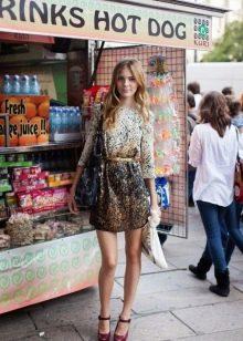 Платье с принтом абстракцией