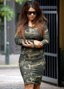 Обтягивающее платье-чулок с камуфляжным принтом цвета хаки