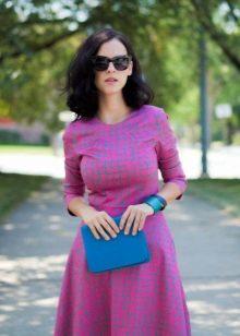 Розовое платье с принтом в клетку