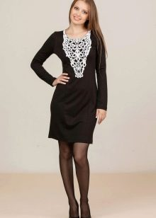 Трикотажное платье украшенное кружевом