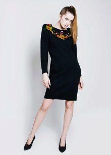 Трикотажное платье украшенное вышивкой