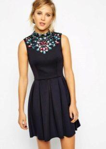 Трикотажное платье украшенное камнями