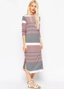 Трикотажное платье в полоску с разрезом