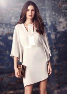 Белое трикотажное платье свободное