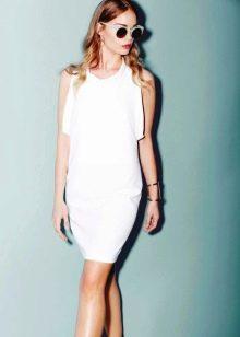 Белое трикотажное платье без рукав