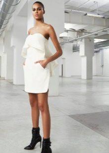 Белое трикотажное платье прямое