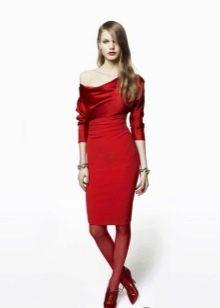 Красное трикотажное платье короткое