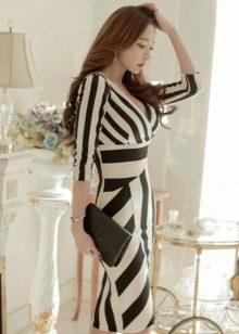 Трикотажное платье в полоску черно-белое