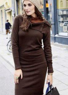 Коричневое трикотажное платье с рукавами