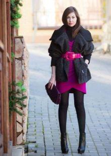 Черные колготы под яркое трикотажное платье