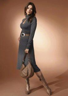 Трикотажное платье с вырезом капля