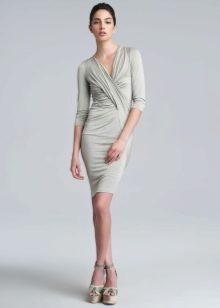 Трикотажное платье с драпировкой короткое