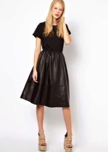 Платье с трикотажным верхом и кожаной юбкой