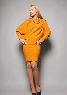 Вязанное весеннее платье желтое