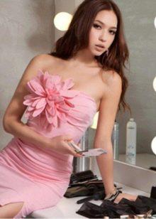 Пример цветка из ткани на коктейльном платье