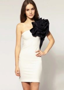 пример цветка из ткани на платье-футляре