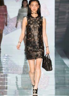 Кожаное платье-футляр из перфорированной кожи