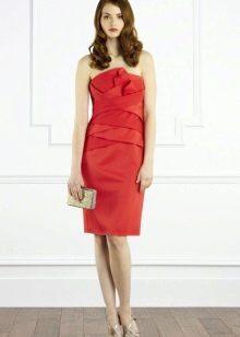 Красное платье-бандо с драпировкой