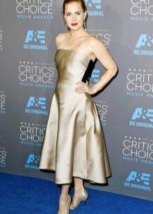 Бежевое платье-бандо с юбкой полусолнце средней длины