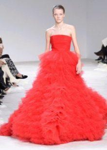 Платье без бретелей пышное красное