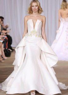 Платье без бретелей свадебное с глубоким декольте