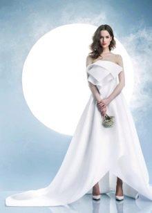Платье без бретелей свадебное со шлейфом