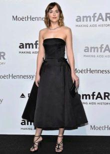 Черное платье-бюстье с пышной юбкой миди