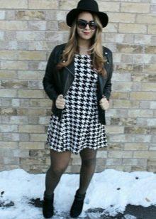 Платье гусиные лапки со шляпой и кожаной курткой