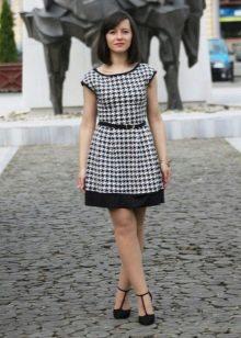 Платье А-силуэта с принтом гусиные лапки на ремешке