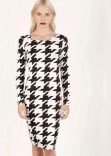 Платье средней длины с крупным принтом гусиные лапки