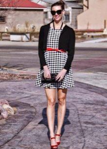 Платье гусиные лапки в сочетание с красными аксессуарами и черным кардиганом