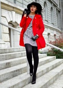 Платье гусиные лапки в сочетание с красным пальто