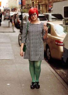 Платье гусиные лапки в сочетание с колготками зеленого цвета и черными оксфордами