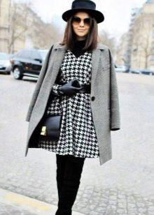 Шляпа, пальто и батильоны к платью гусиные лапки