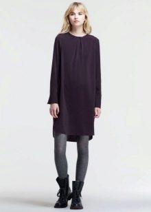 Платье-мешок с грубыми ботинками без каблука