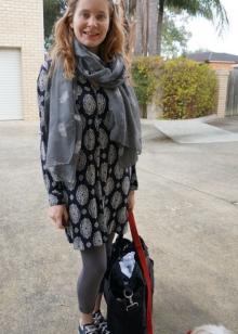 Платье-мешок в сочетание с кедами, лосинами ишарфом